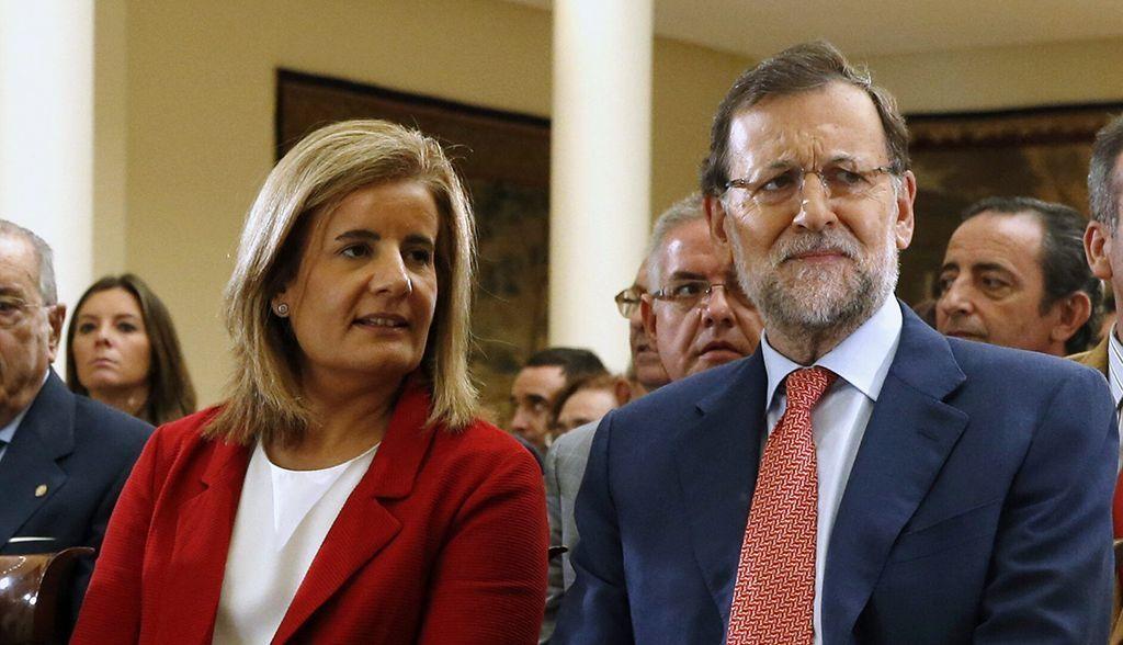 Mariano Rajoy con la entonces ministra de Empleo, Fátima Bañez, en un acto en el Palacio de la Moncloa. EFE