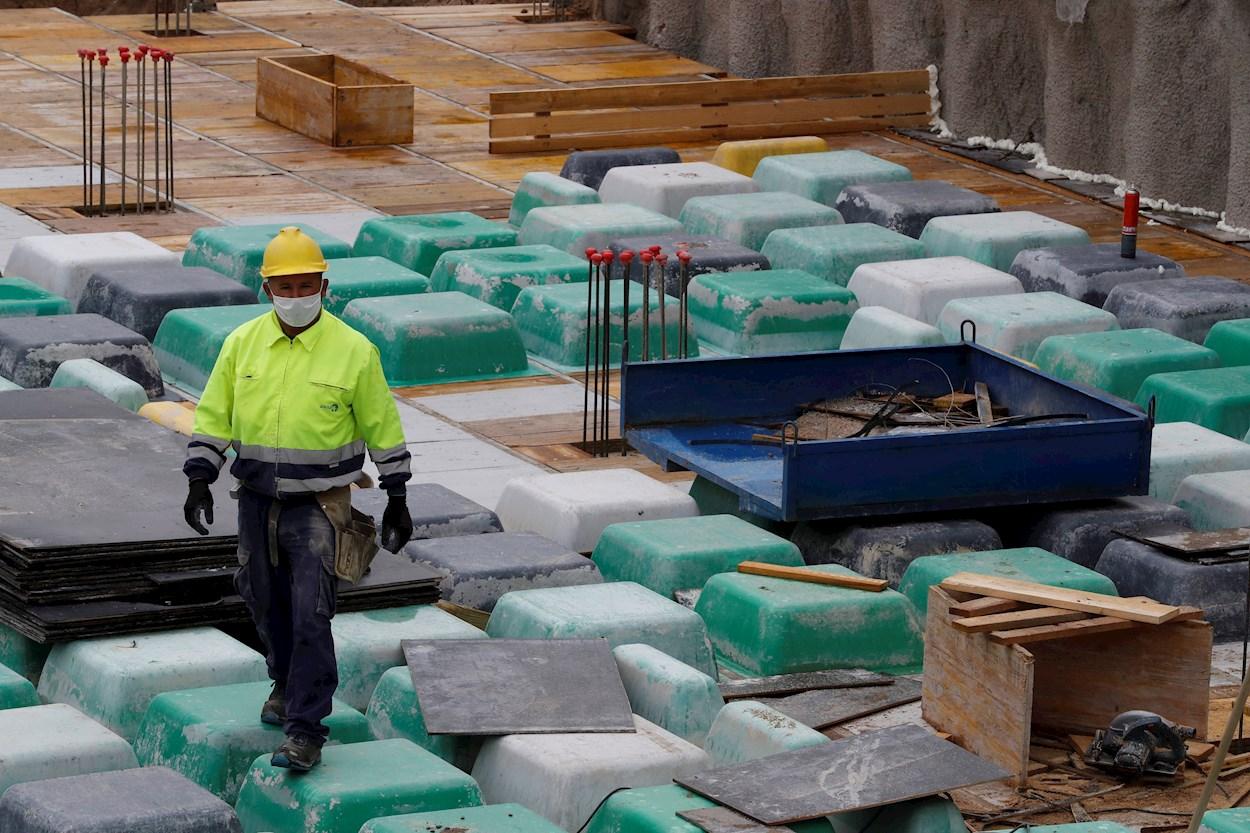 Un obrero trabaja en la obra de un edificio de viviendas de nueva construcción en Madrid. EFE/Ballesteros