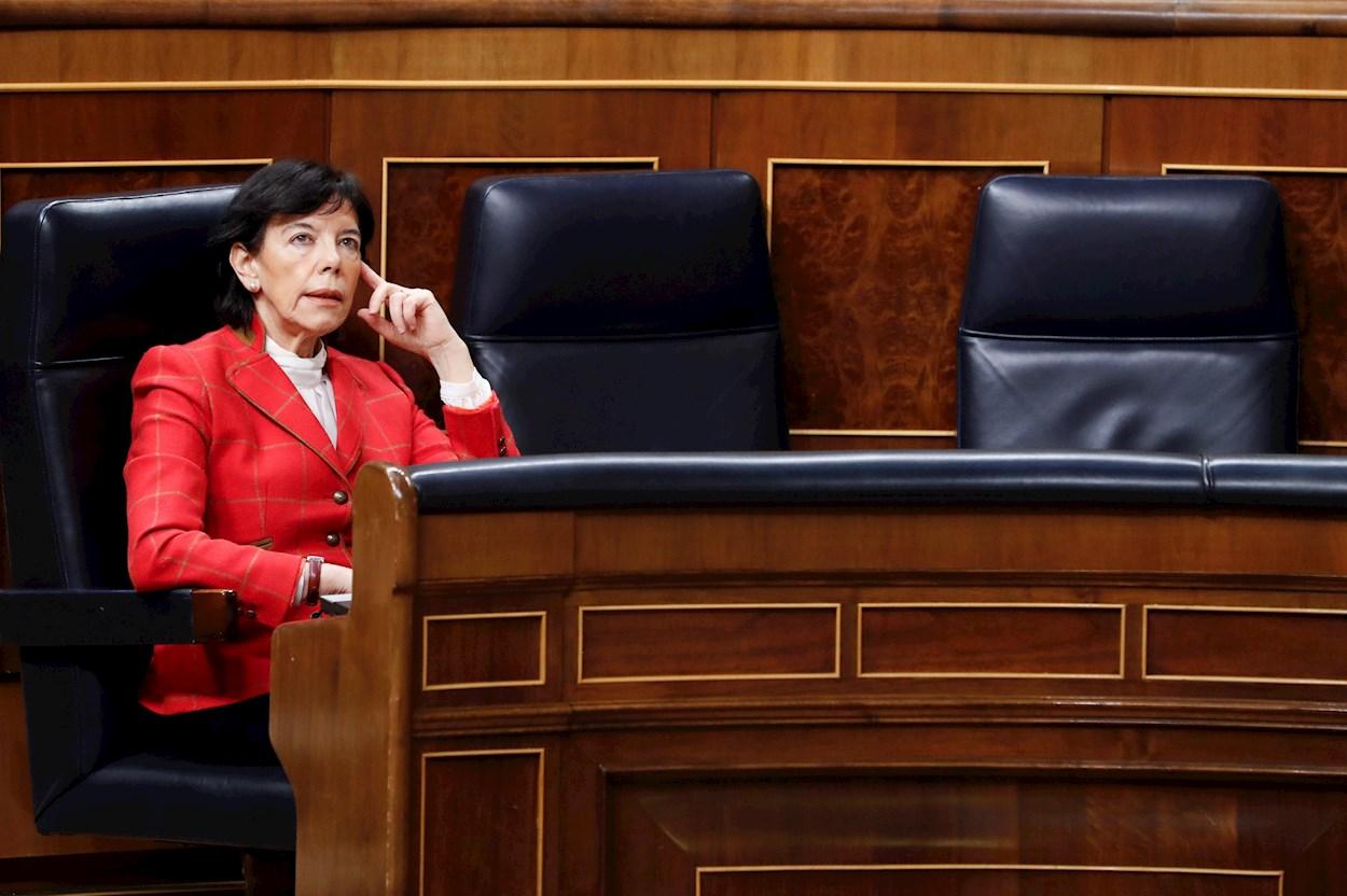 La ministra de Educación, Isabel Celaá durante la primera sesión de control al Ejecutivo celebrada en el Congreso desde que se declaró el estado de alarma. EFE/Ballesteros