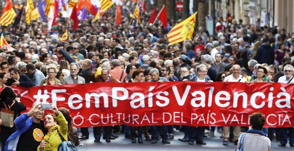 """Cabecera de la manifestación del 25 d'Abril, del año 2016, bajo el lema """"Fem País Valencia"""". EFE"""