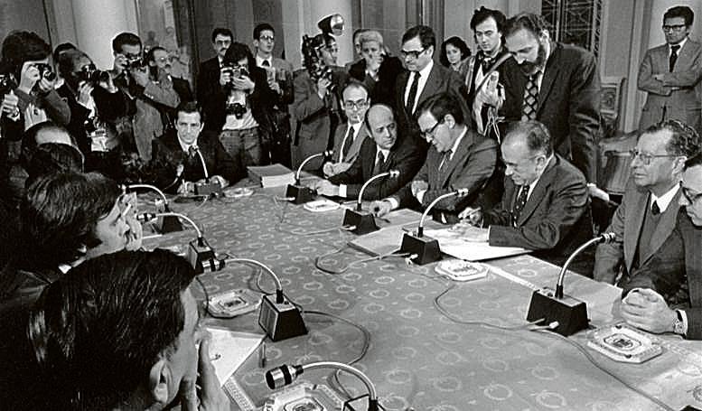 Imagen de la forma de los llamados Pactos de la Moncloa, en octubre de 1977. EFE