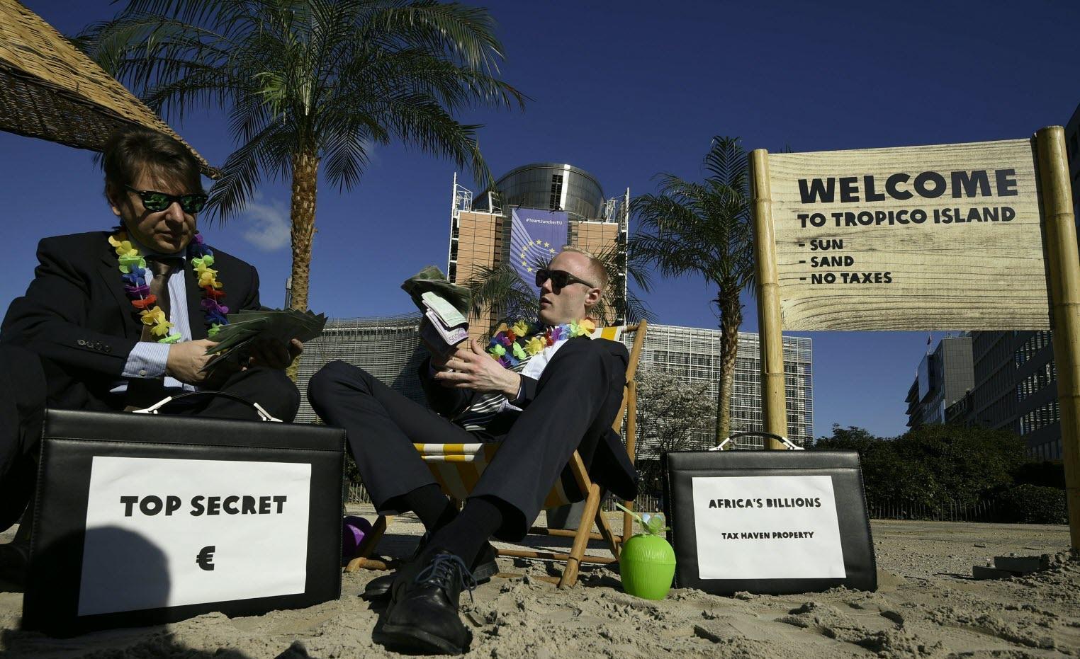 Activistas de Oxfam, en una 'performance' contra los paraísos fiscales delante de la sede de la Comisión Europea, en Bruselas. REUTERS