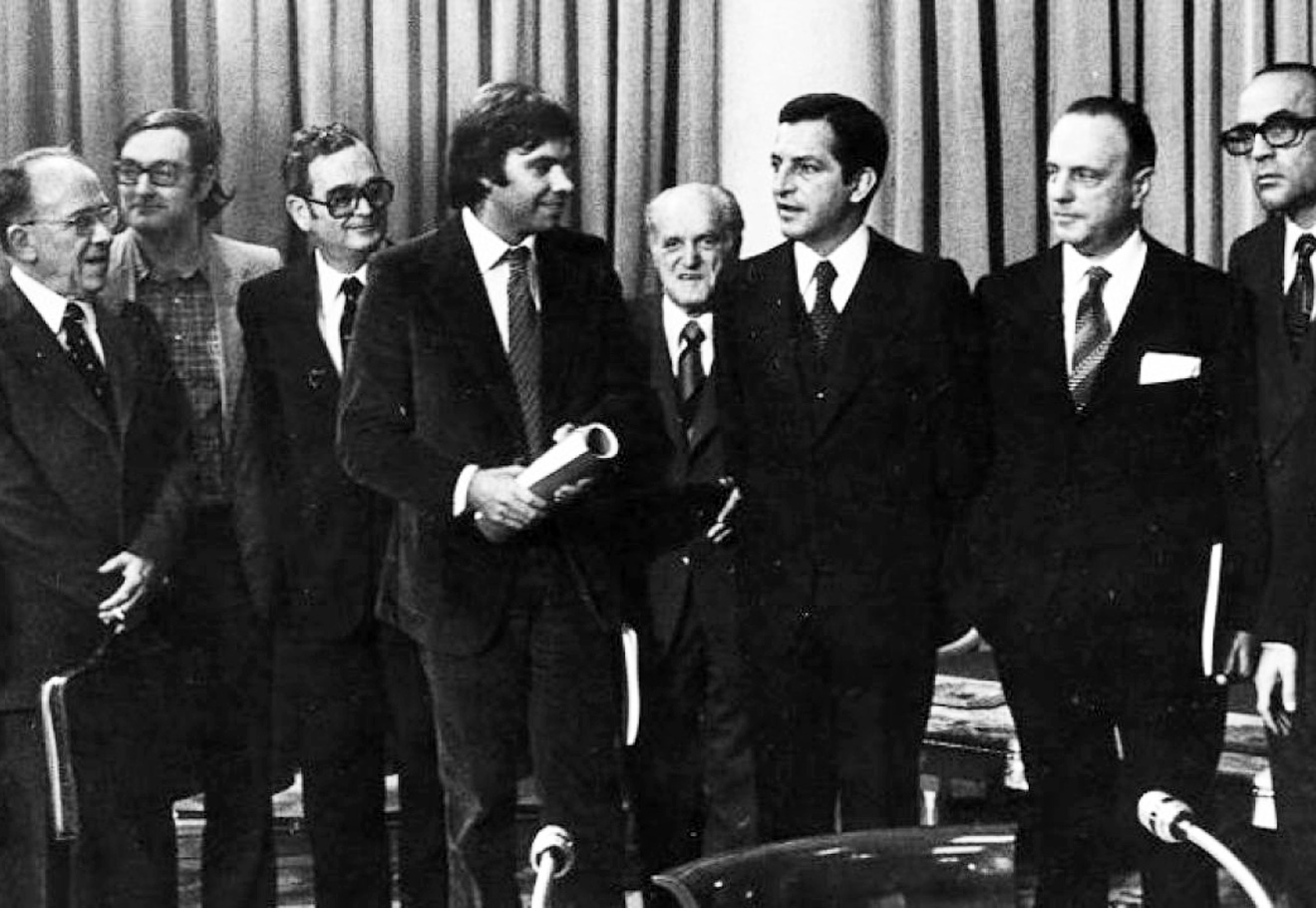 Adolfo Suárez y Felipe González se miran, flanqueados por Santiago Carrillo (izquierda), Manuel Fraga y los otros firmantes de los Pactos de la Moncloa, tras su rúbrica el 25 de octubre de 1977. EFE