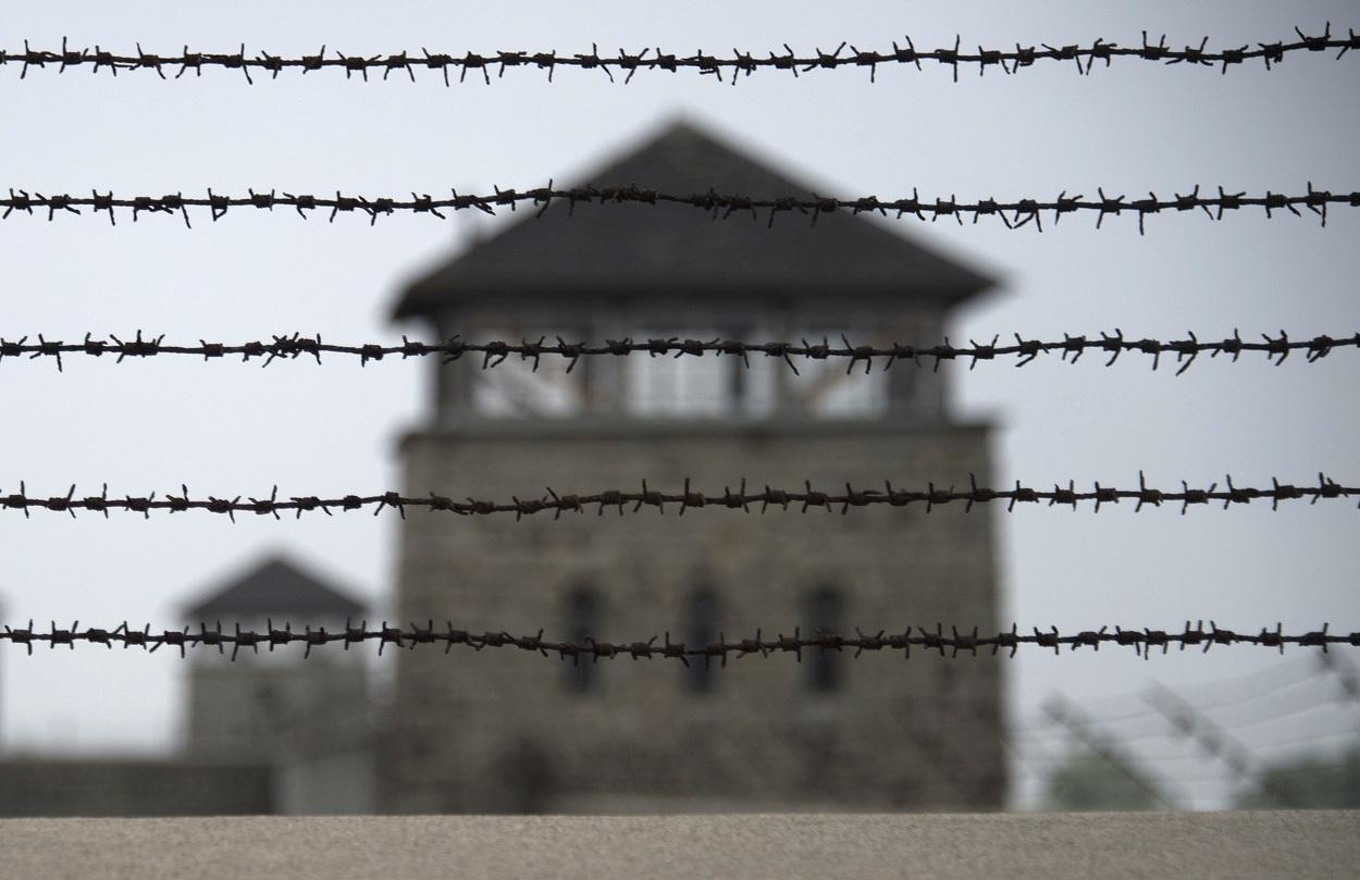 Valla de espino en el muro del campo de concentración nazi de Mauthausen, en el norte de Austria. AFP/Joe Klamar
