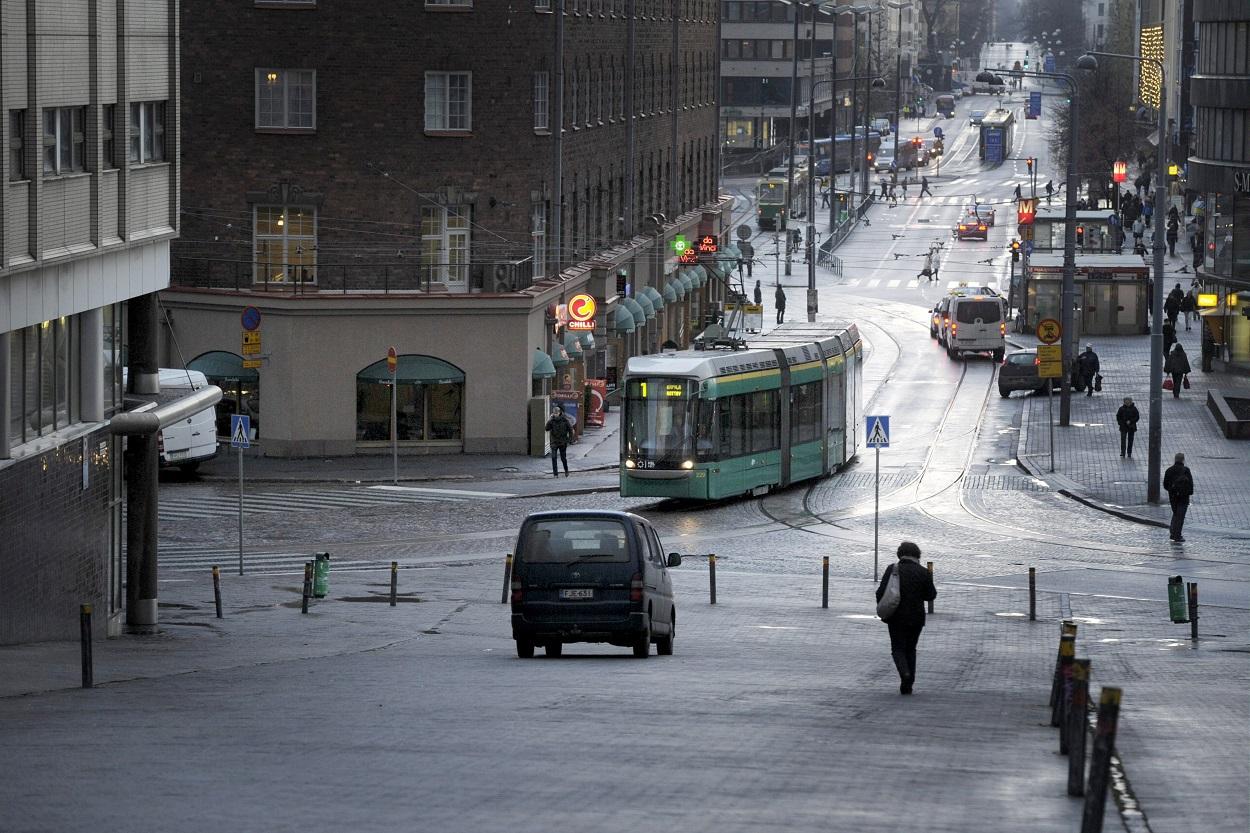 El tranvía en una de las calles del barrio de Kallio en Helsinki. AFP