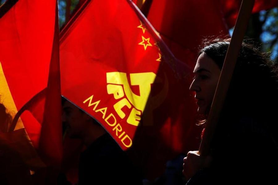 Una joven con la bandera del PCE, en la marcha del Primero de Mayo de 2016, en Madrid. REUTERS/Susana Vera