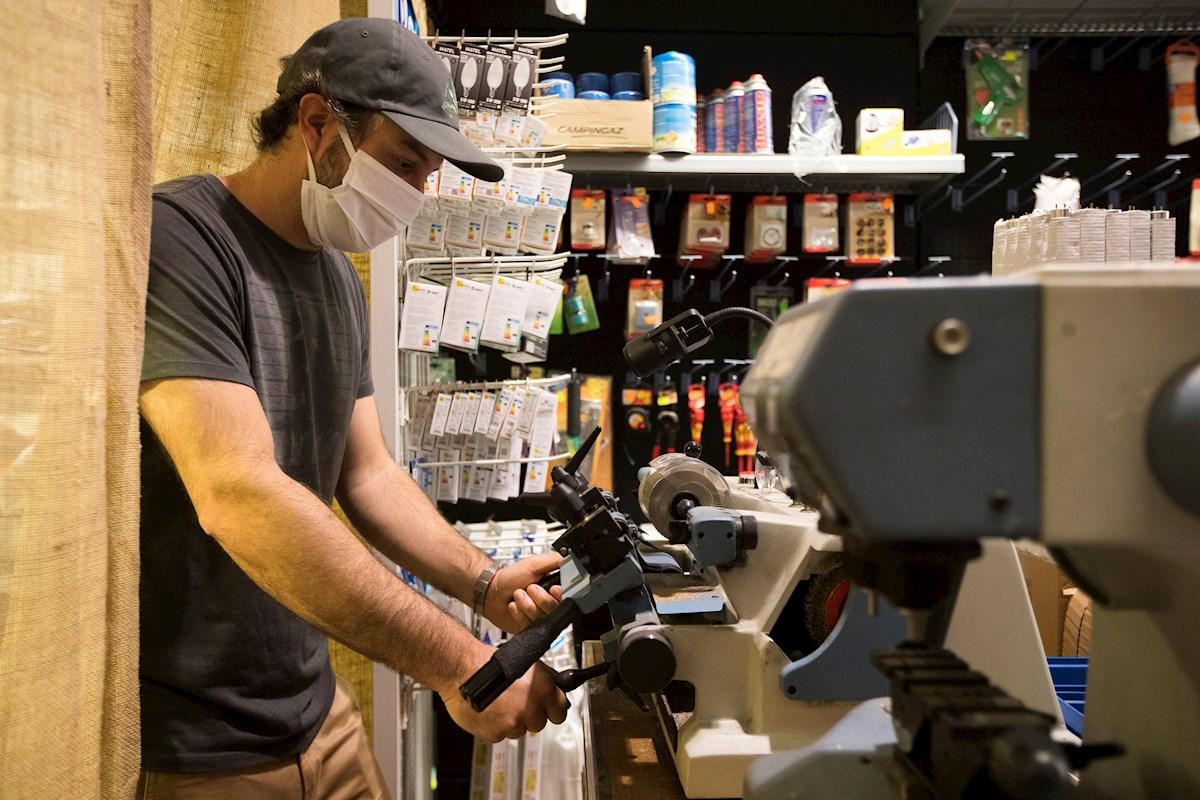 Un trabajador de una ferretería de Zaragoza trabajando. EFE/Toni Galán