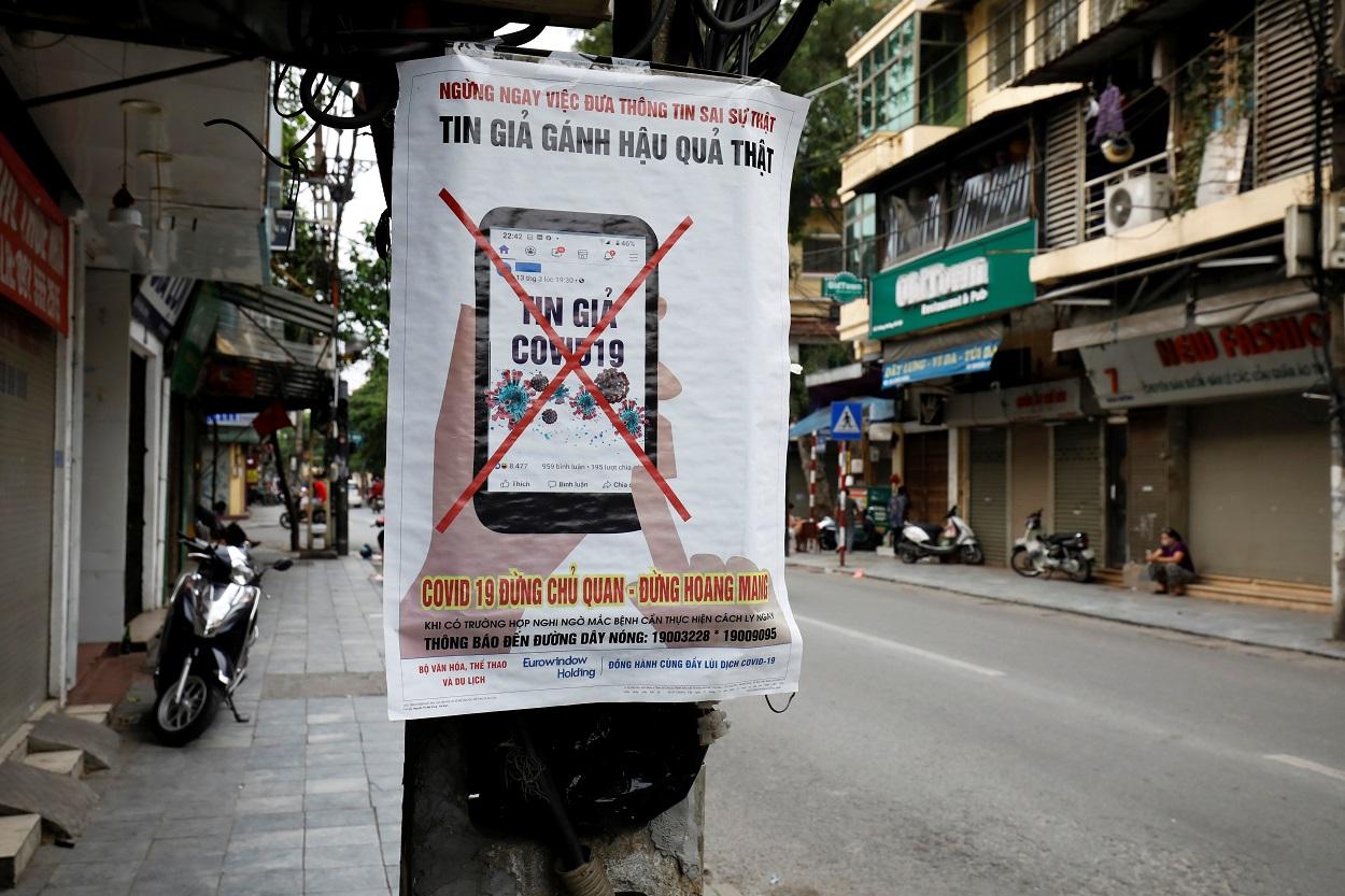 Un cartel en una calle de Hanoi (Vietnam), que alerta contra la propagación de noticias falsas y bulos en torno a la pandemia de coronavirus. REUTERS/Kham