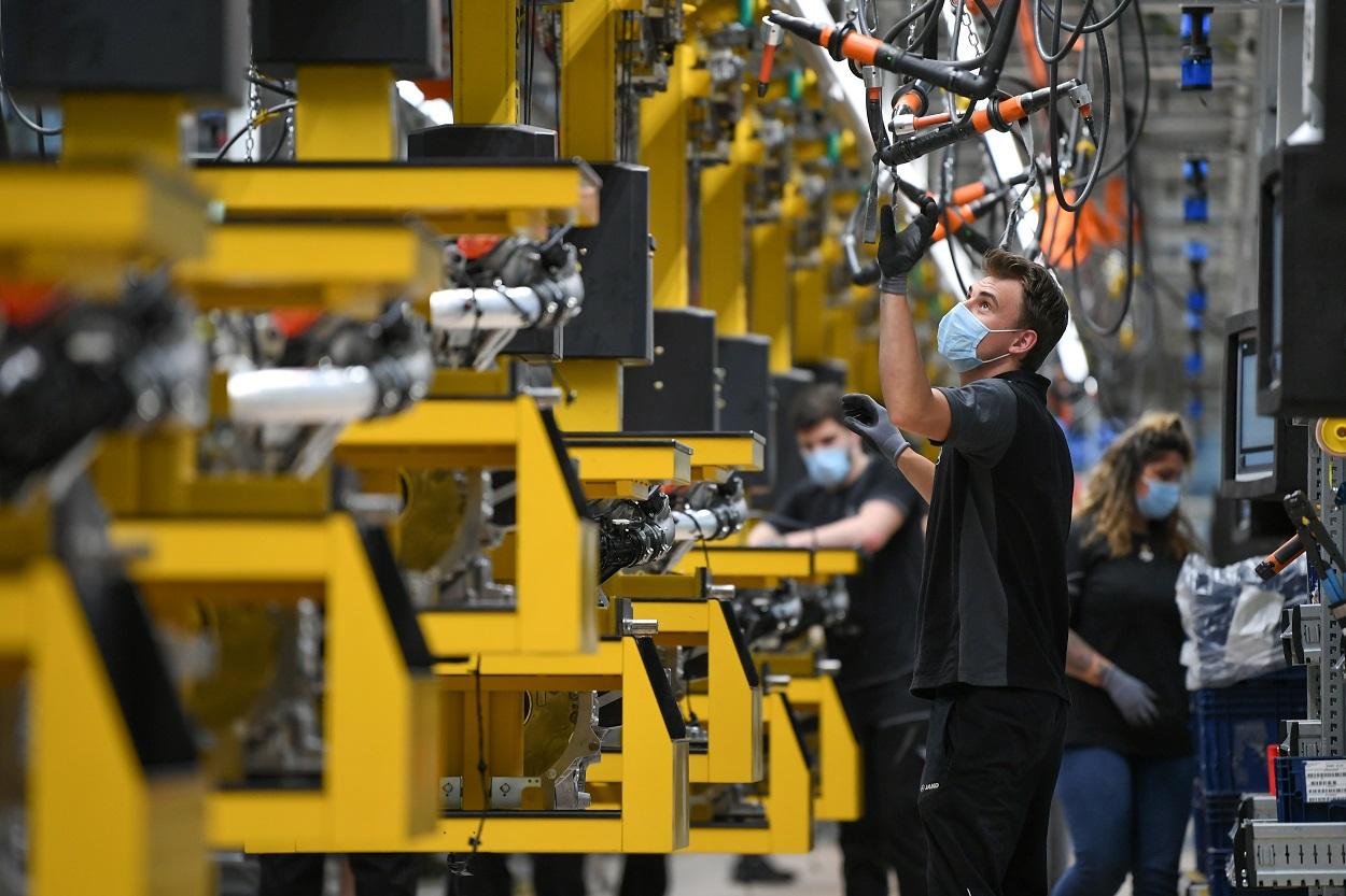 Trabajadores en la cadena de montaje del modelo Mercedes-Benz S-class, en la factoría Daimler Powertrain, en la localidad alemana de Bad Cannstatt, cerca de Stuttgart. REUTERS/Andreas Gebert