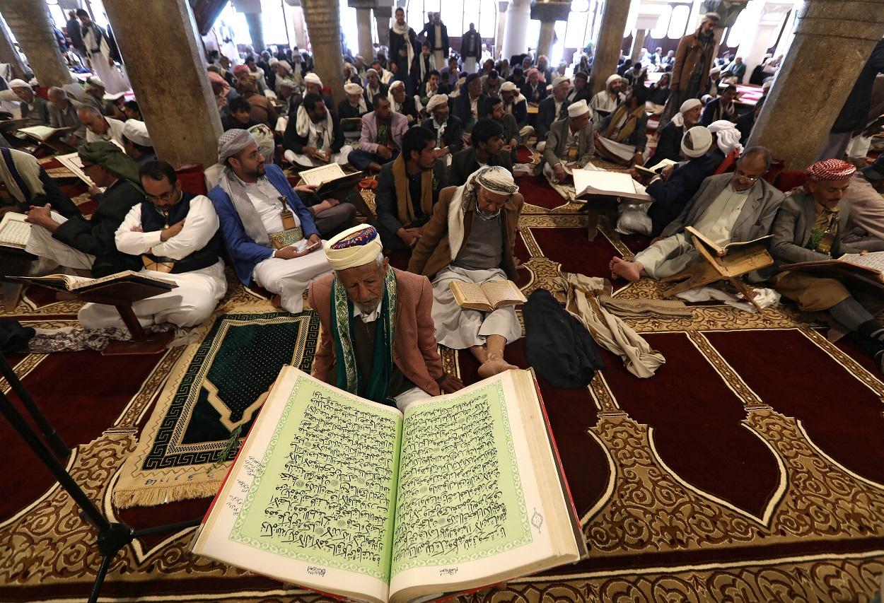 Fieles recitando el Corán durante el mes del ramadan, en la gran mezquita de Sanaa, en Yemen. REUTERS/Khaled Abdullah