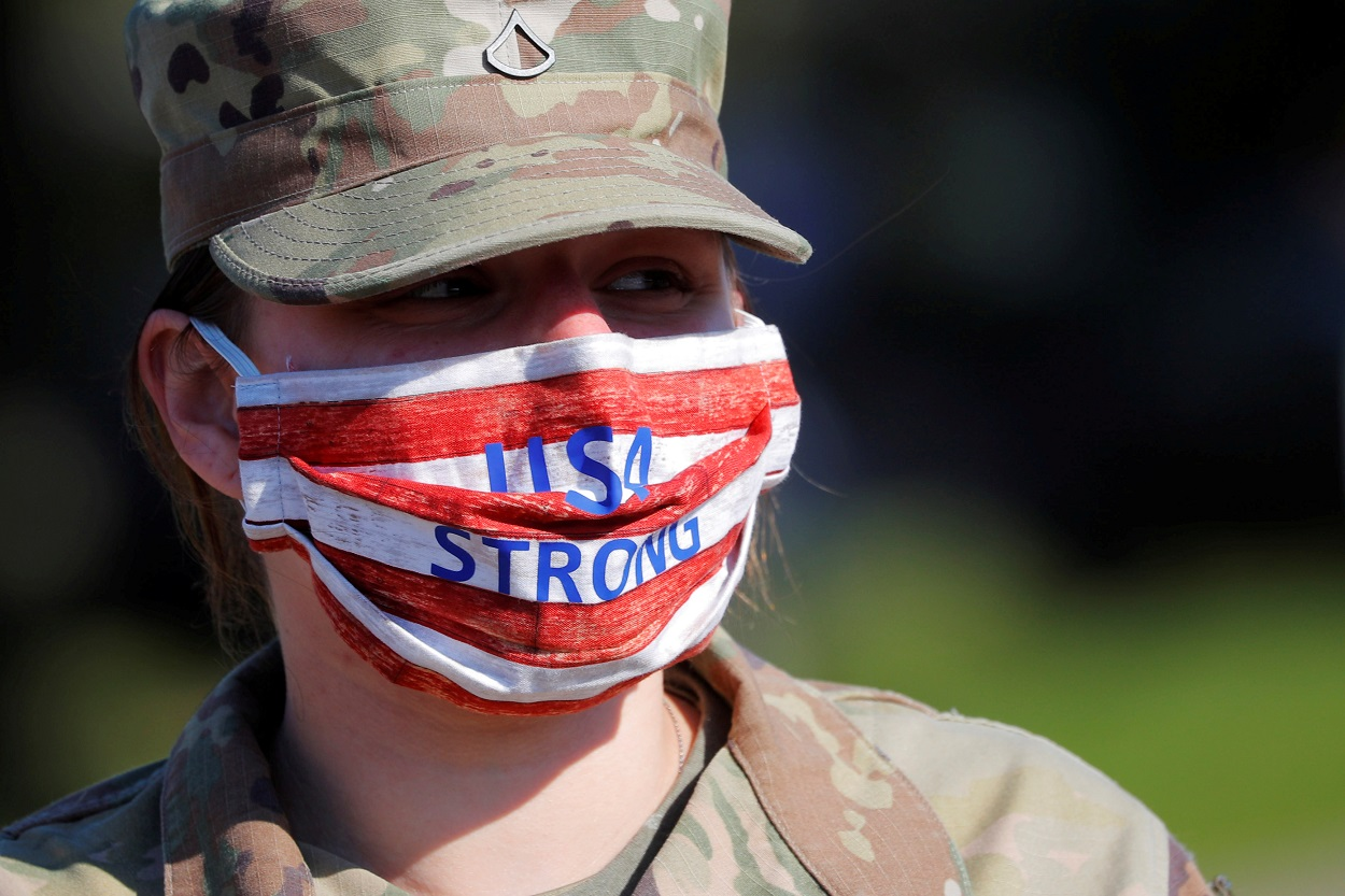 Una mujer miembro de la Guardia Nacional de Massachusetts, con una mascarilla con los colores de la bandera estadounidense y el lema 'EEUU Fuerte'. REUTERS/Brian Snyder