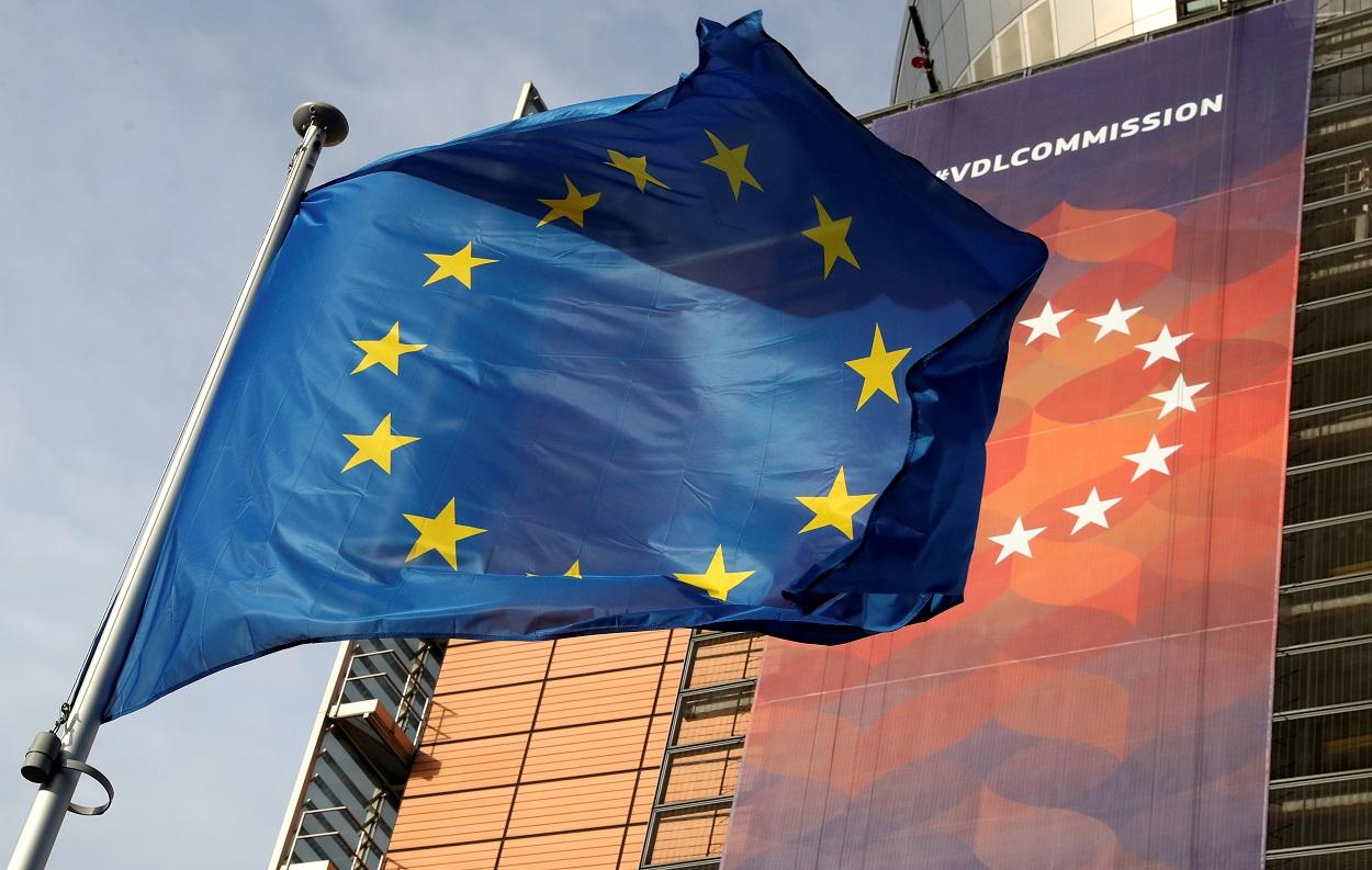Bandera de la UE delante de la sede de la Comisión Europea, en Bruselas. REUTERS/Yves Herman