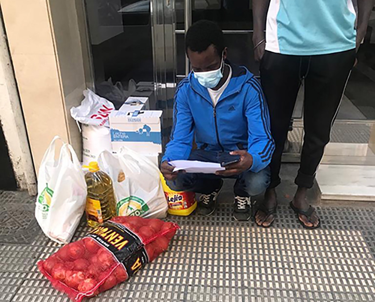 Imagen facilitada por Mohamed Soumare (i), presidente de la Asociación de Inmigrantes Senegaleses de Aragón (AISA) durante la entrega de lotes de comida que reparte entre 62 familias vulnerables. EFE/Mohamed Soumare