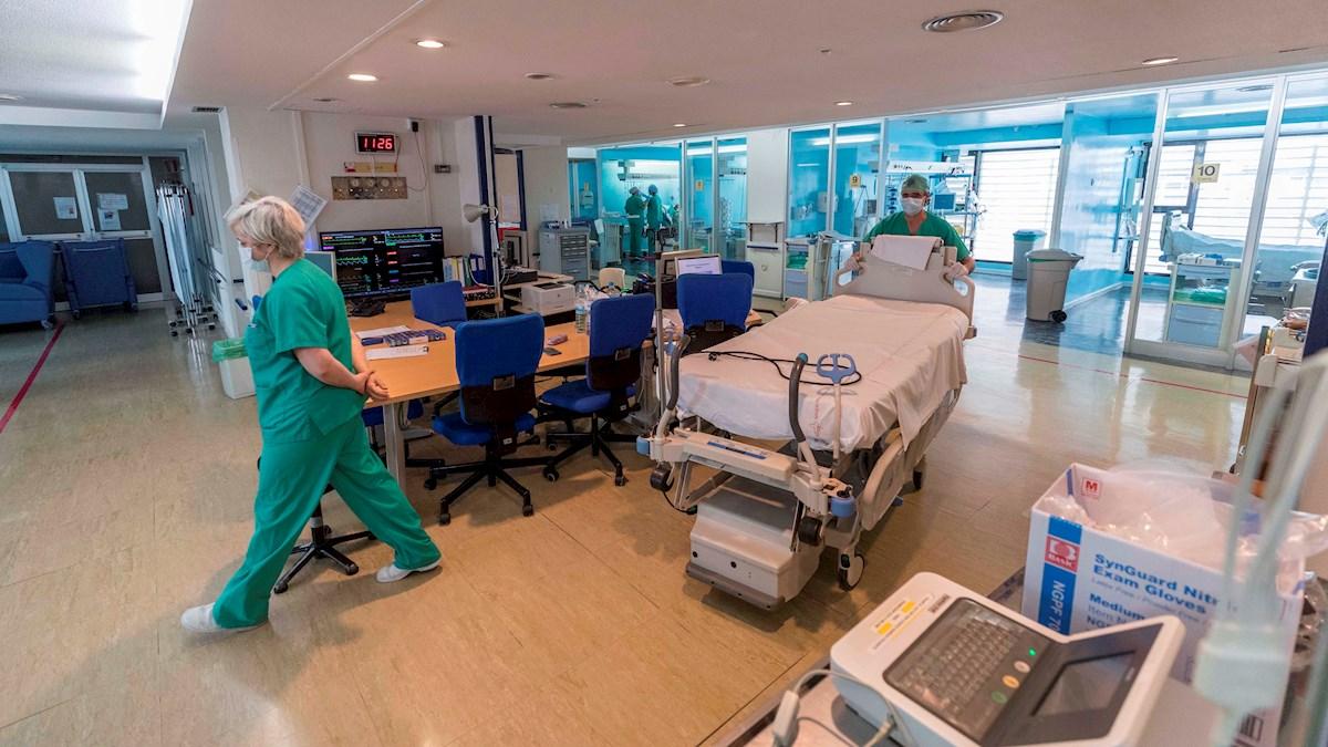 Enfermeros y médicos de la Unidad de Cuidados Intensivos (UCI) del Hospital Morales Meseguer de Murcia, trabajan en la zona uno de esta UCI, habilitada para enfermos con otras afecciones distintas al COVID 19. EFE/Marcial Guillén