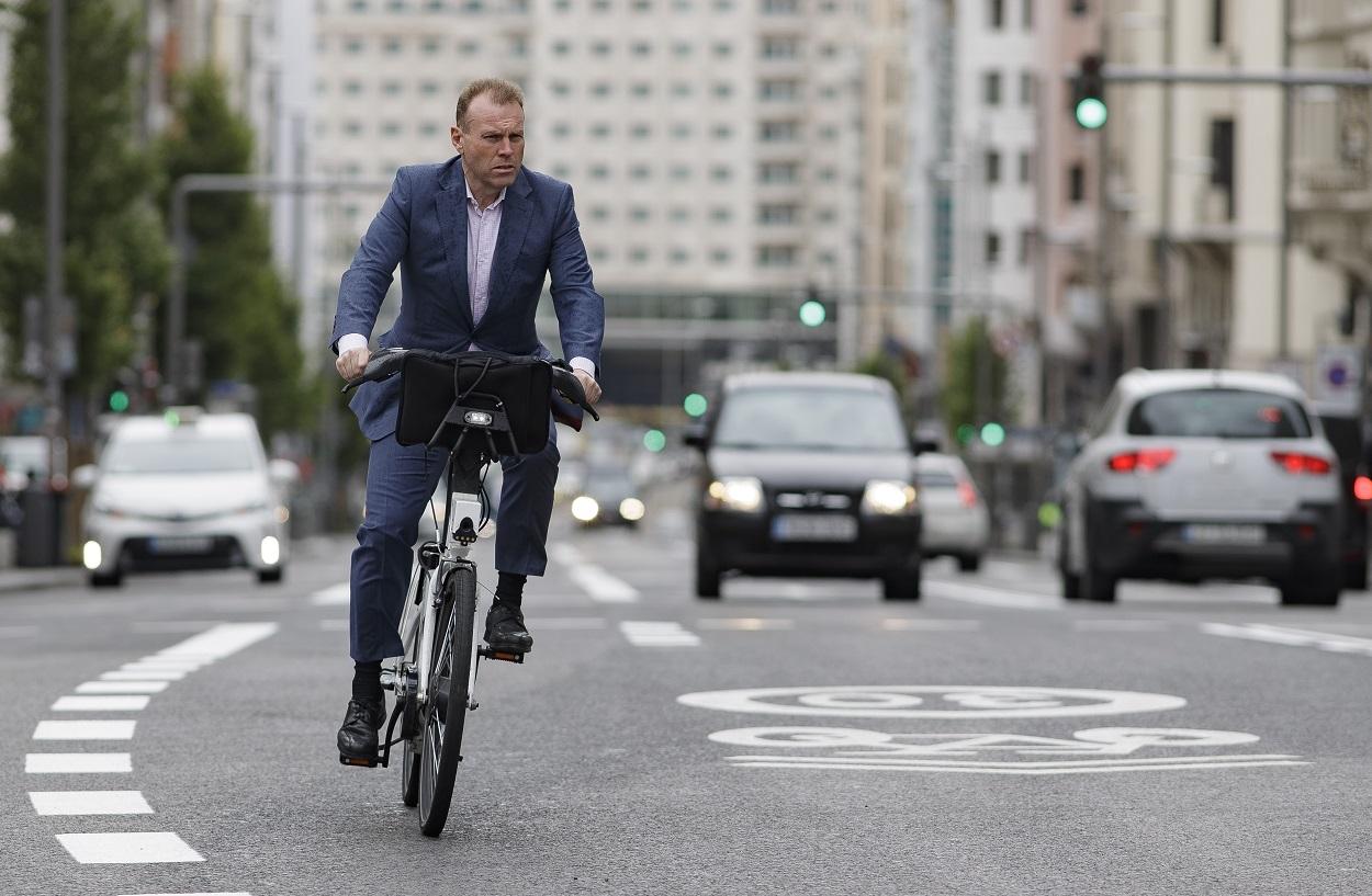 Un hombre monta en bicicleta por la Gran Vía de Madrid. E.P./Eduardo Parra