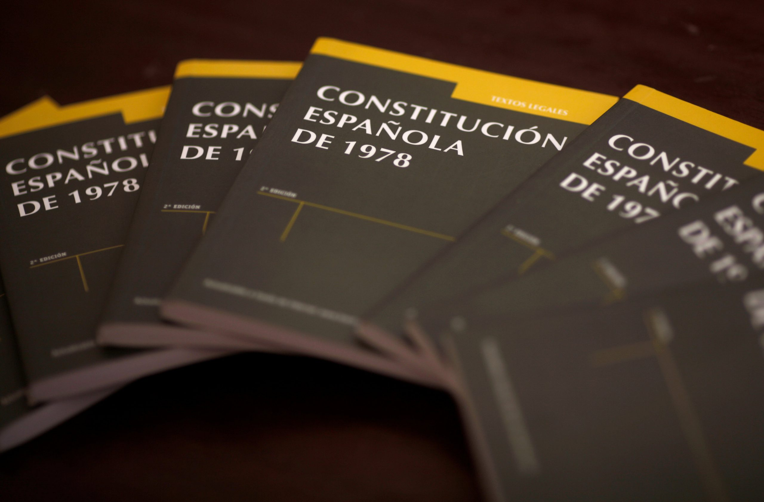 Ejemplares de la Constitución española de 1978. REUTERS