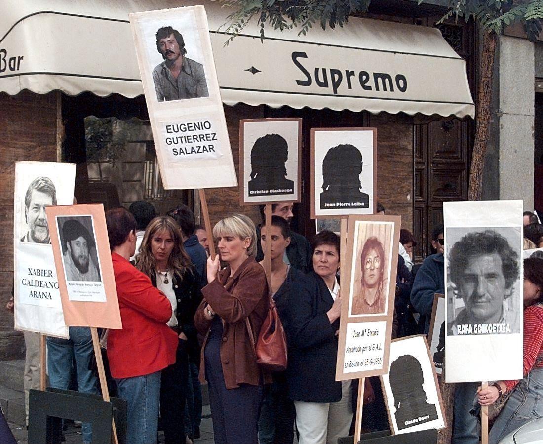 Foto de junio de 1998, de familiares de víctimas de los GAL concentrados frene al Tribunal Supremo, en Madrid, durante el juicio contra José Barrionuevo y Rafael Vera por el secuestro de Segundo Marey. AFP/DOMINIQUE FAGET