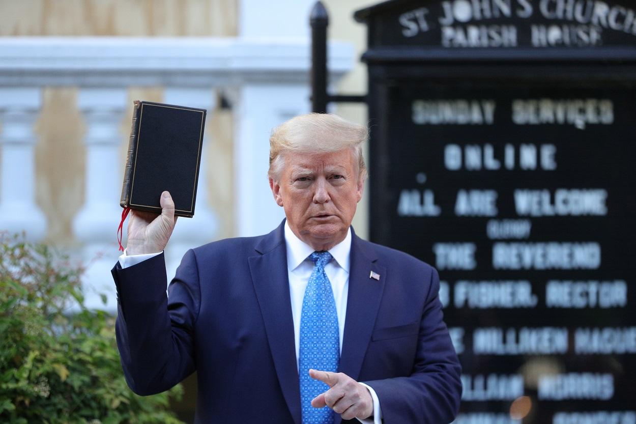 El presidente de EEUU, Donald Trump, sostiene una Biblia durante visita a la Iglesia Episcopal de San Juan, en Washington. REUTERS / Tom Brenner