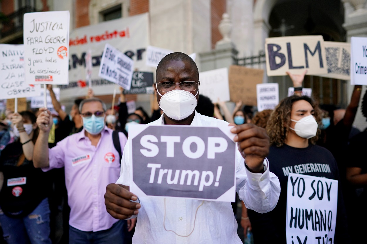 Participantes en la manifestación en frente a la embajada de los Estados Unidos en Madri contra el racismo, en protesta por la muerte del afroamericano George Floyd a manos de un agente de policía en Minneapolis. REUTERS/Juan Medina