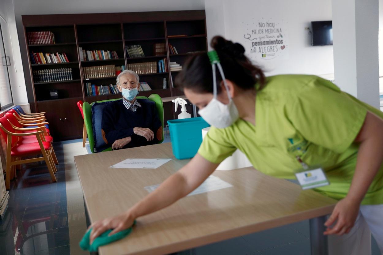 Una empleada desinfecta una mesa en una sala de una residencia geriátrica de la Comunidad de Madrid. REUTERS/Susana Vera
