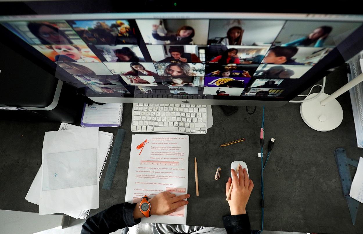 Un estudiante sigue sus clases en su casa a través de la aplicación Zoom. REUTERS/ Albert Gea