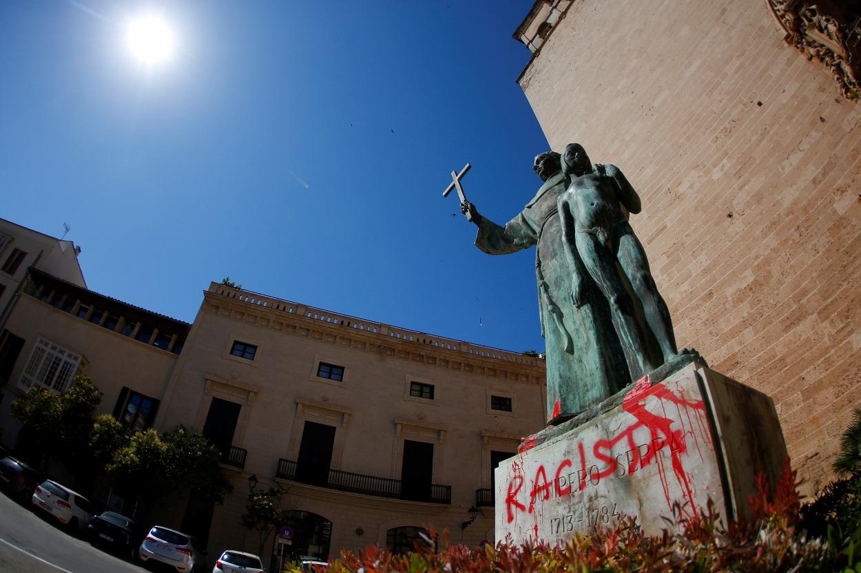 """Una pintada con la palabra """"Racista"""" en el pedestal de la estatua de Fray Junípero Serra en Palma de Mallorca. REUTERS/Enrique Calvo"""
