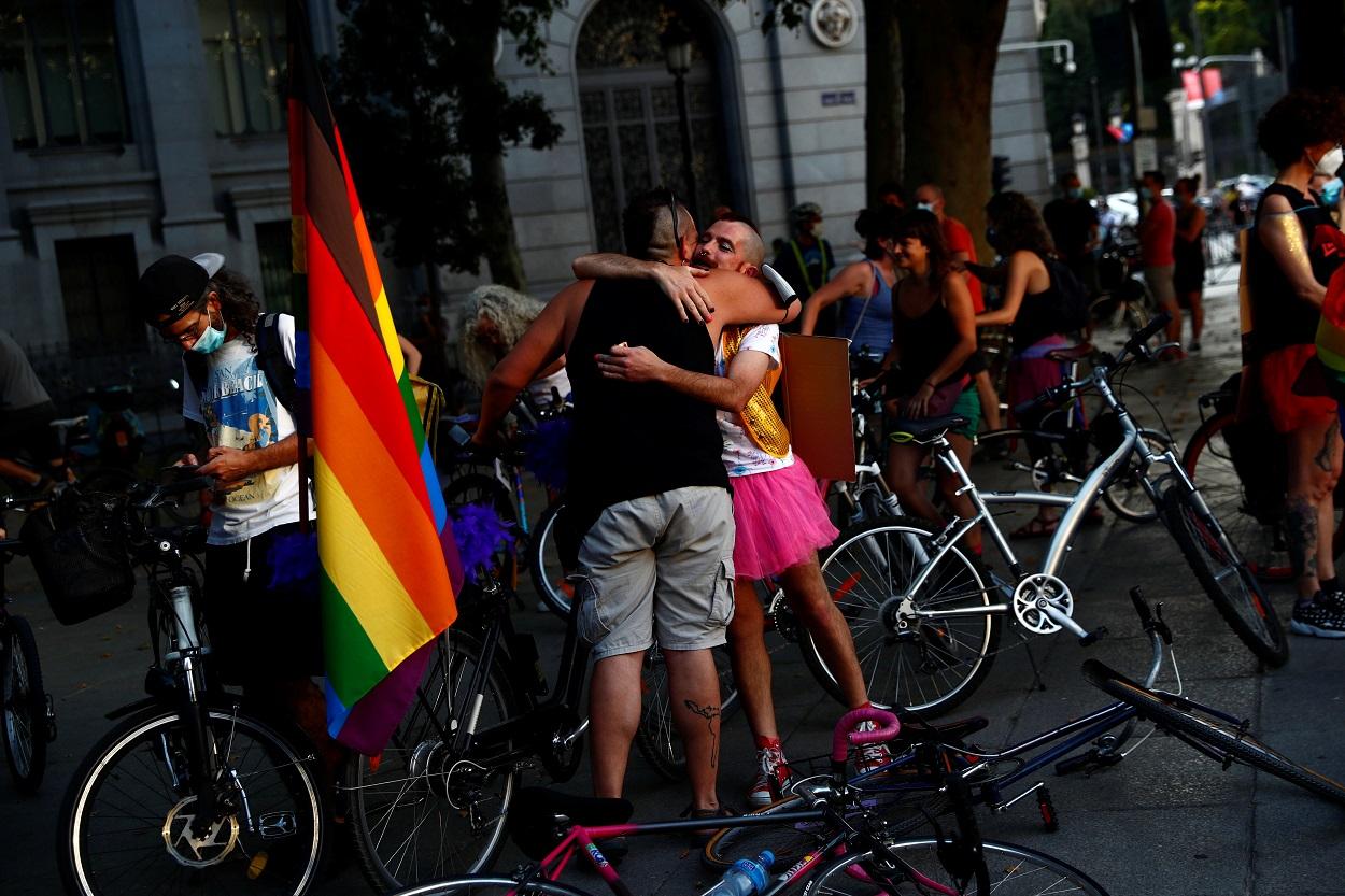 Dos personas se abrazan antes de inciar una marcha para comenzar el mes del orgullo LGBTQ y defender la bicicleta como medio de transporte en Madrid. REUTERS / Susana Vera