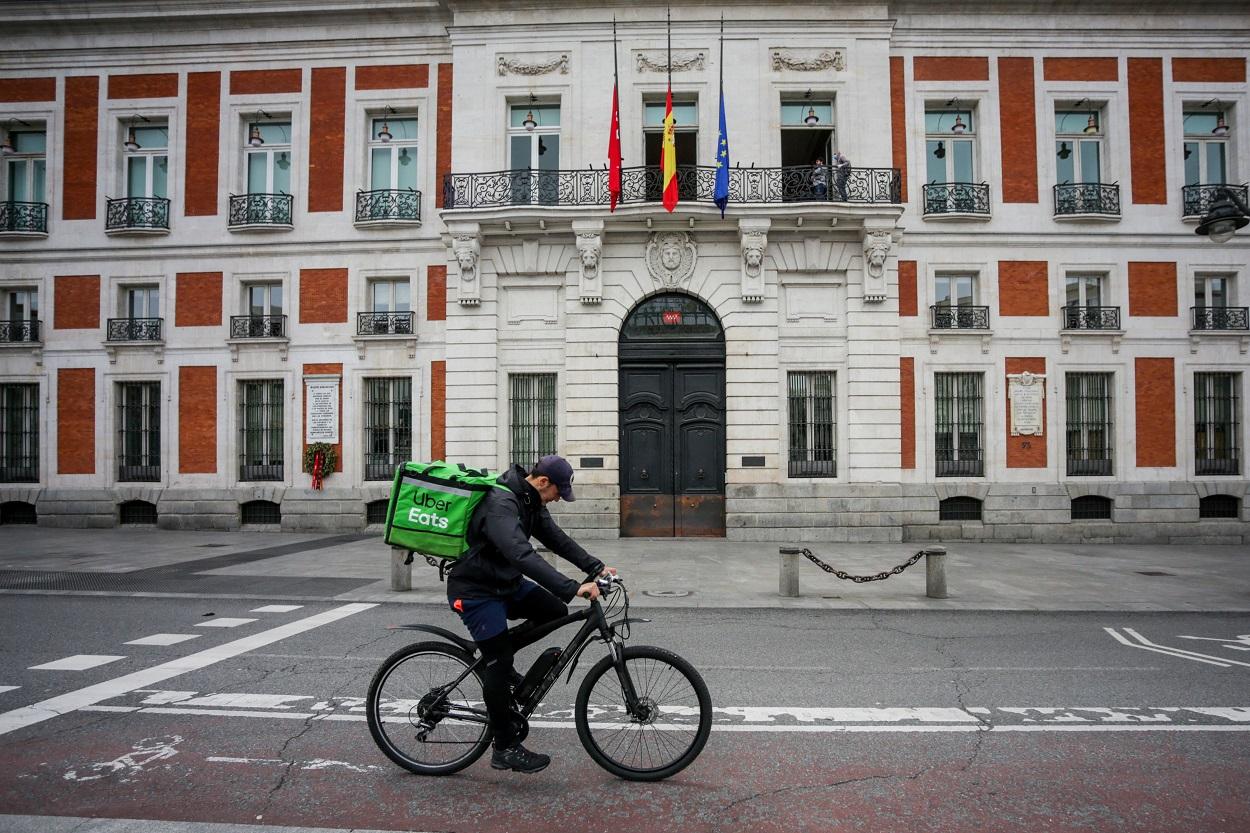 Un 'rider' de Uber Eats circula por la Puerta del Sol, en Madrid. E.P./Ricardo Rubio
