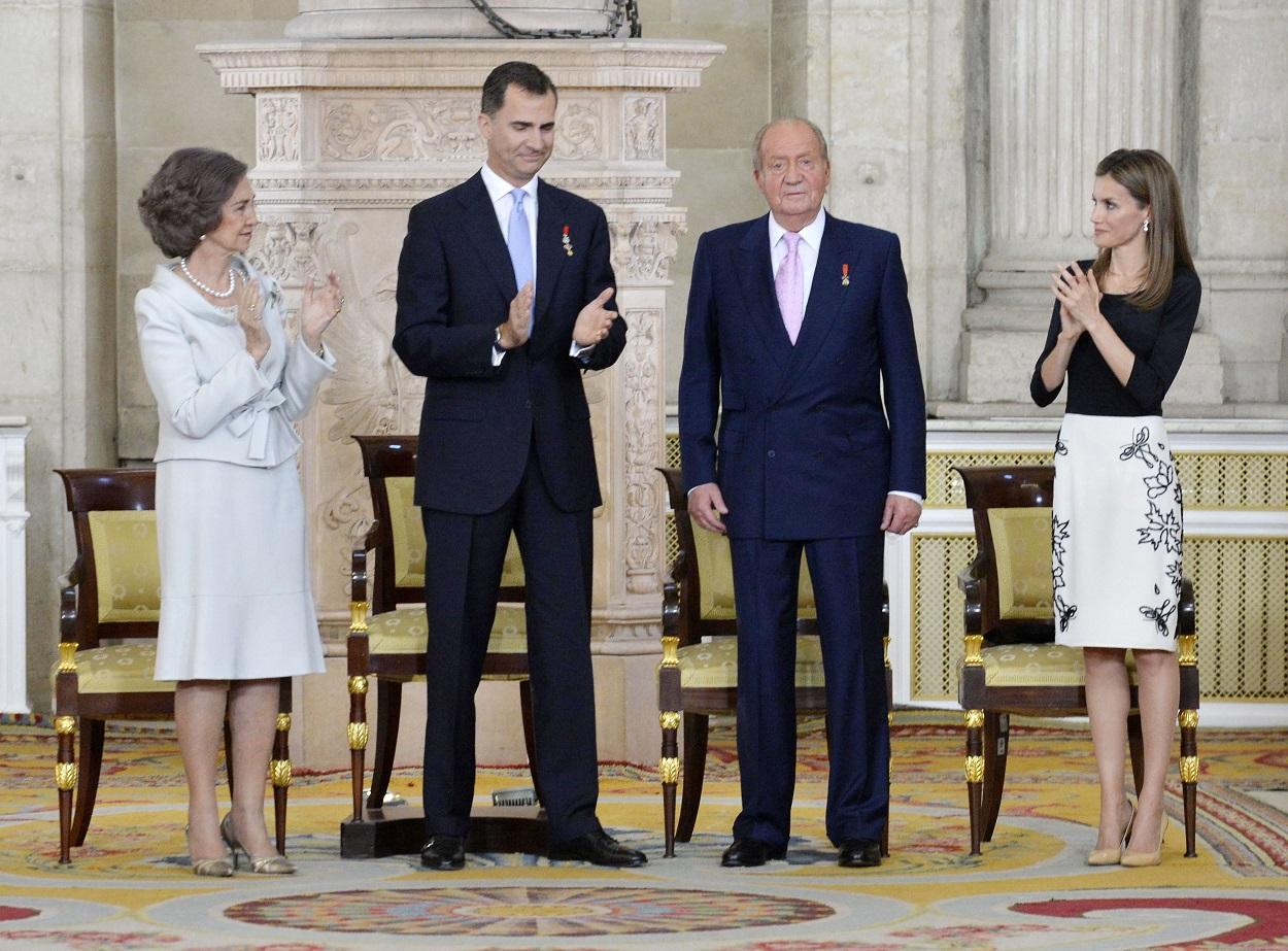 La reina Sofía, Felipe VI, Juan Carlos I, la reina Letizia, en la ceremonica de abdicación, en el Palacio Real, el 19 de junio de 2014. E.P.