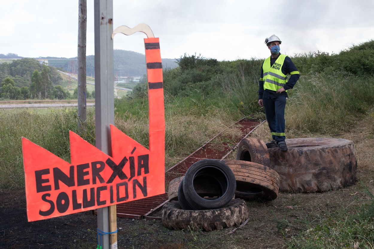 Uno de los trabajadores participantes en las protestas por el cierre de la planta de Alcoa en San Cibrao (Lugo). E.P./Carlos Castro