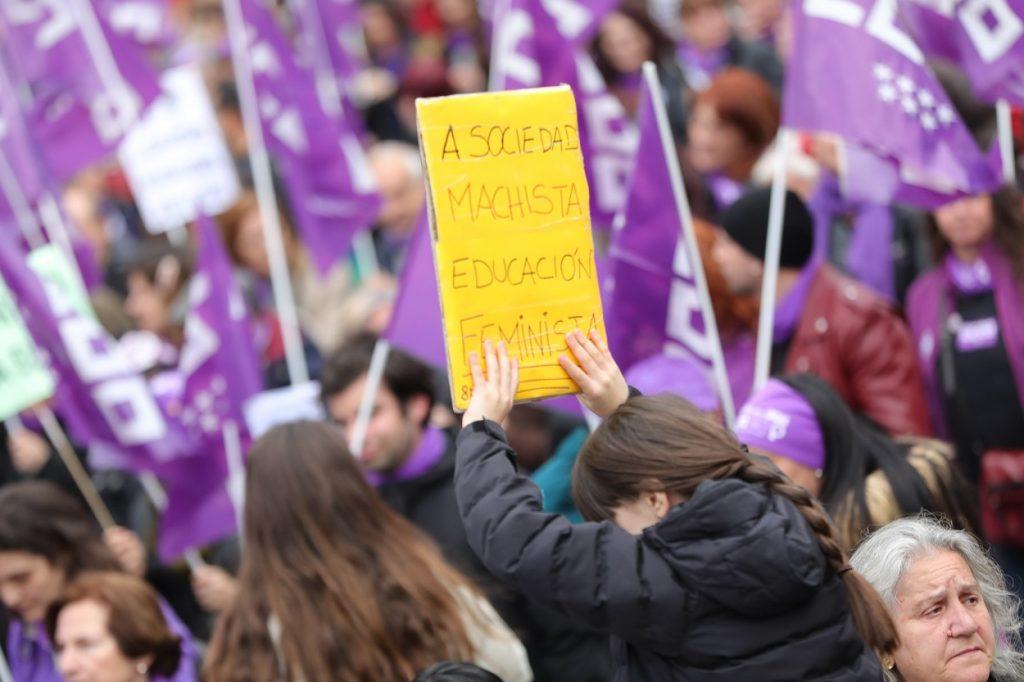 """Una joven con un cartel en el que pone """"A sociedad machista educación feminista"""" en la manifestación del 8M en Madrid. E.P./Jesús Hellín"""