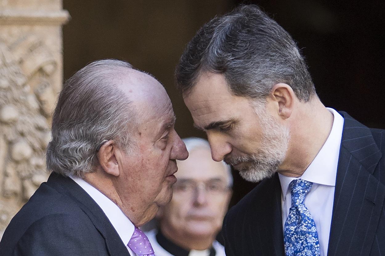 Juan Carlos I y Felipe VI conversan en el exterior de la Catedral de Palma, tras la misa de Pascua, en abril de 2018. AFP/JAIME REINA