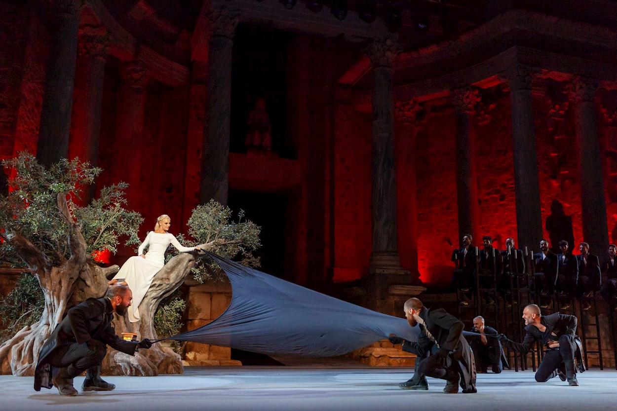 Belén Rueda y otros miembros del elenco en 'Penélope', en la 66º edición del Festival Internacional de Teatro Clásico de Mérida. EFE/ Jero Morales