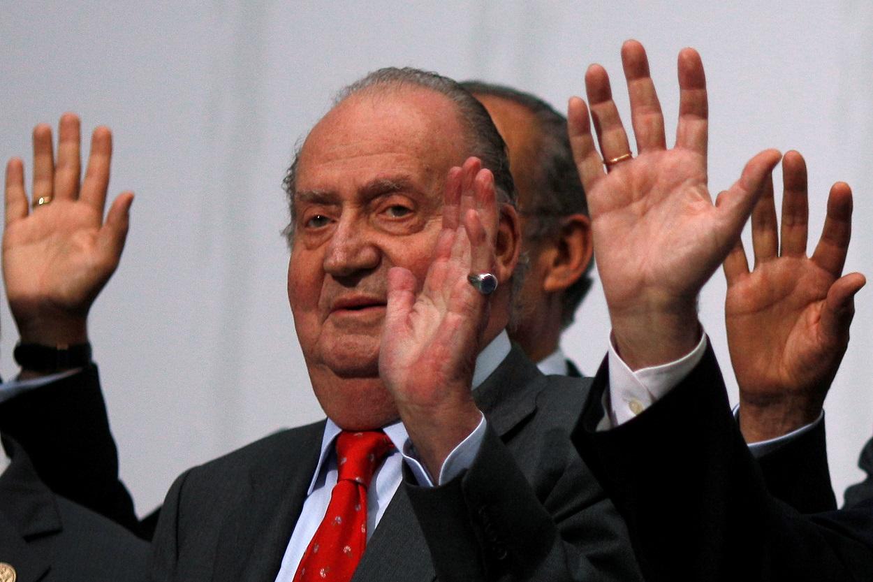 Foto de noviembre de 2012 del rey Juan Carlos I, que saluda junto con otros dirigentes latinoamericanos durante el posado para la foto de familia de la Cumbre Iberoamericana celebrada en Cádiz (España). REUTERS/Jon Nazca