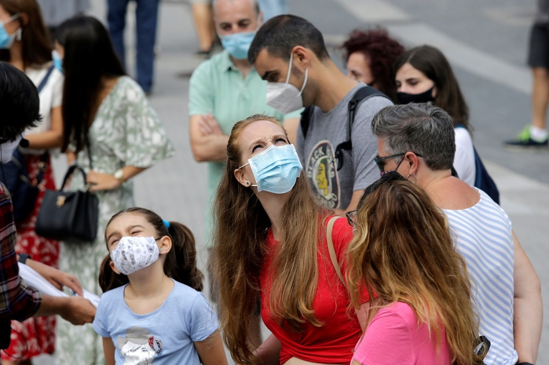 Personas con mascarilla en una calle en Pontevedra. REUTERS/Miguel Vidal
