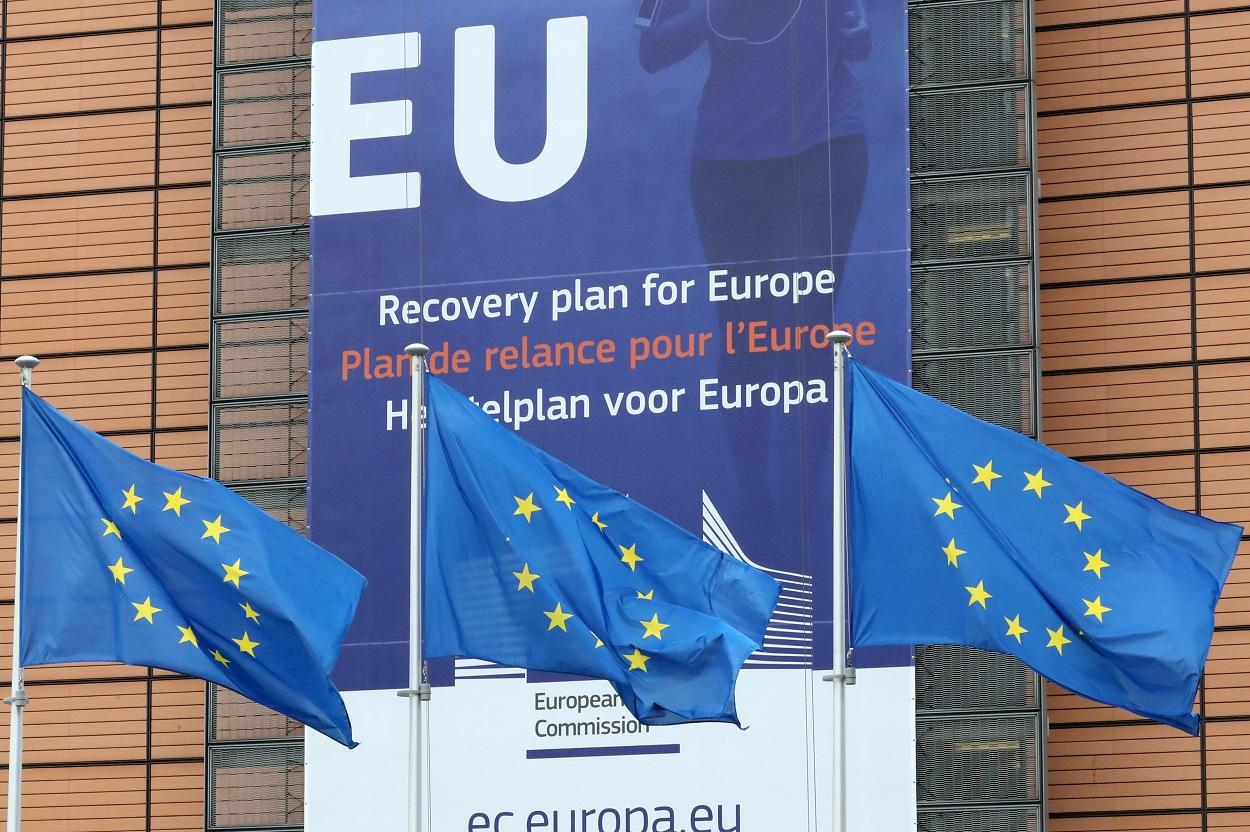 Banderas de la Unión Europea en el exterior de la sede de la Comisión Europea, en Bruselas. REUTERS/Yves Herman