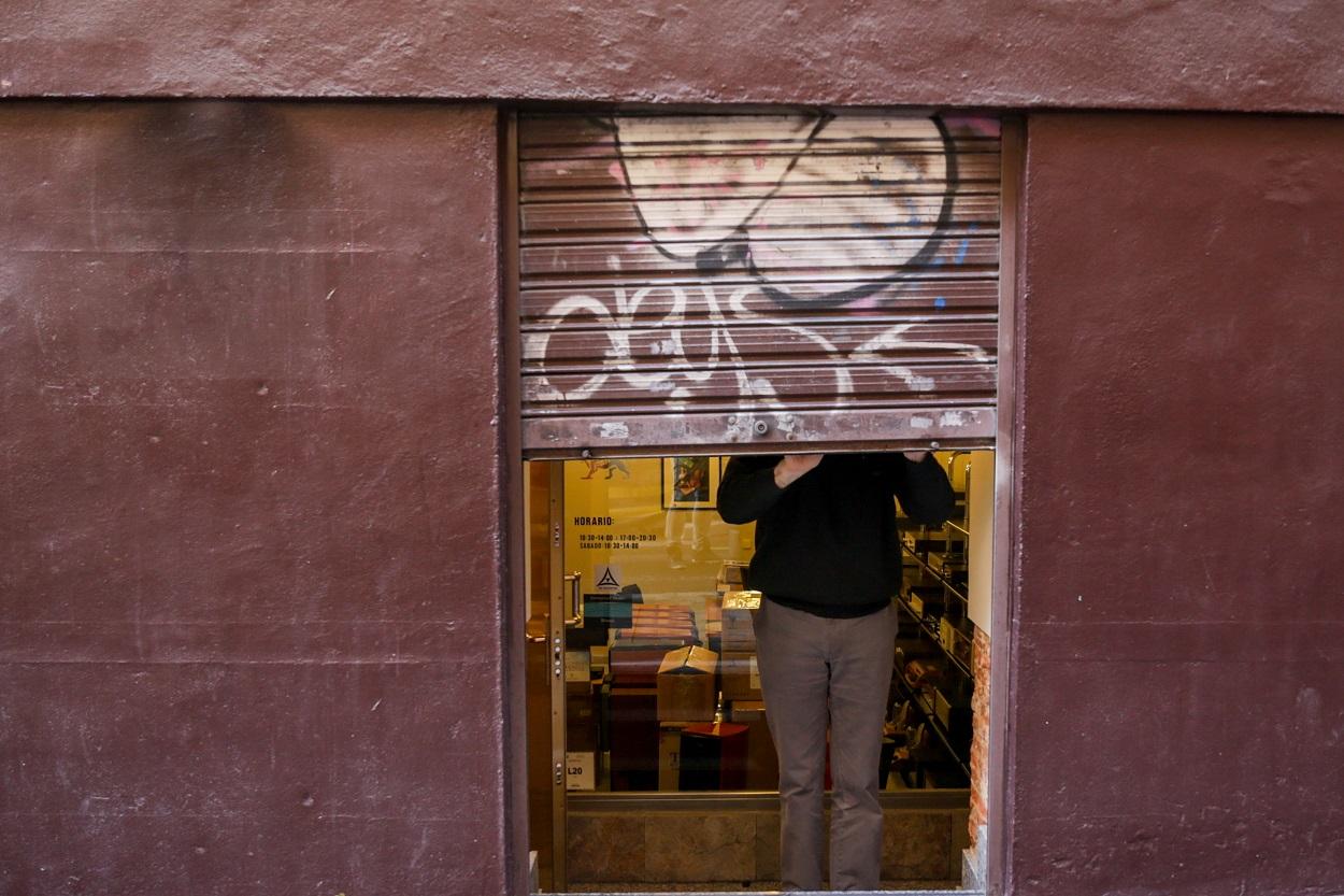 Un autónomo echa el cierre de su negocio tras su jornada laboral. E.P.