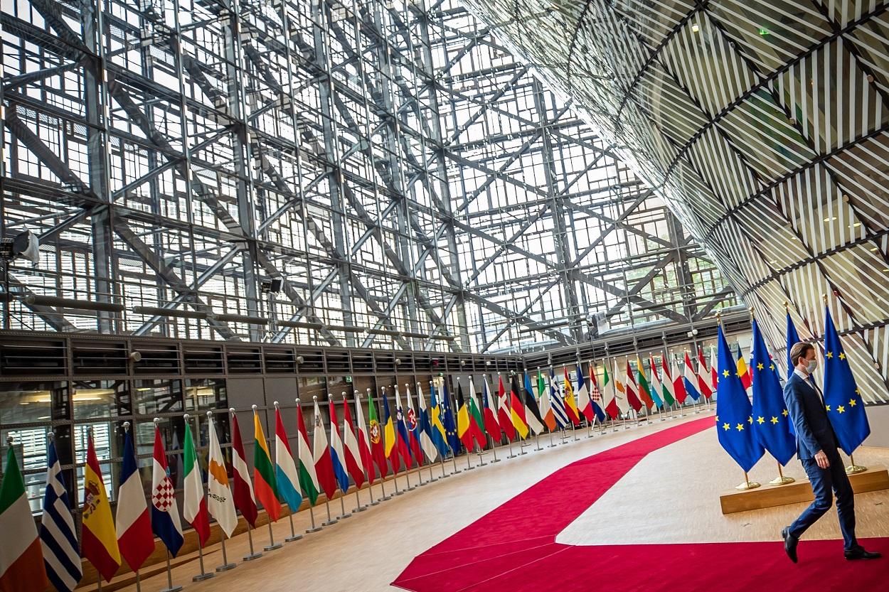 Las banderas de los países de la UE en el vestíbulo del Edificio Europa, de Bruselas, antes del inicio del Consejo Europeo. E.P./Arno Melicharek /BUNDESKANZLERAMT / DPA