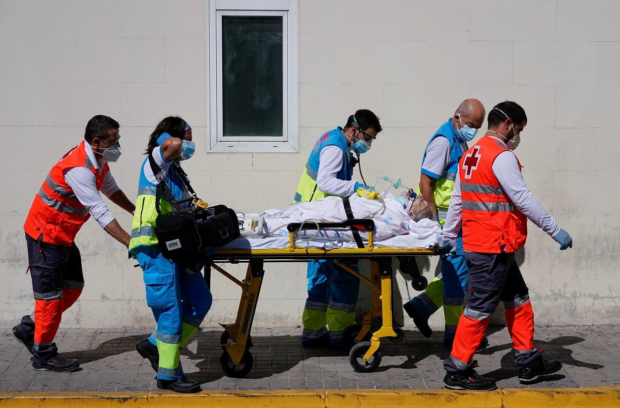 Personal sanitario traslada a un afectado por la covid-19, que ingreso en urgencias del Hospital 12 de Octubre de Madrid. REUTERS/Juan Medina