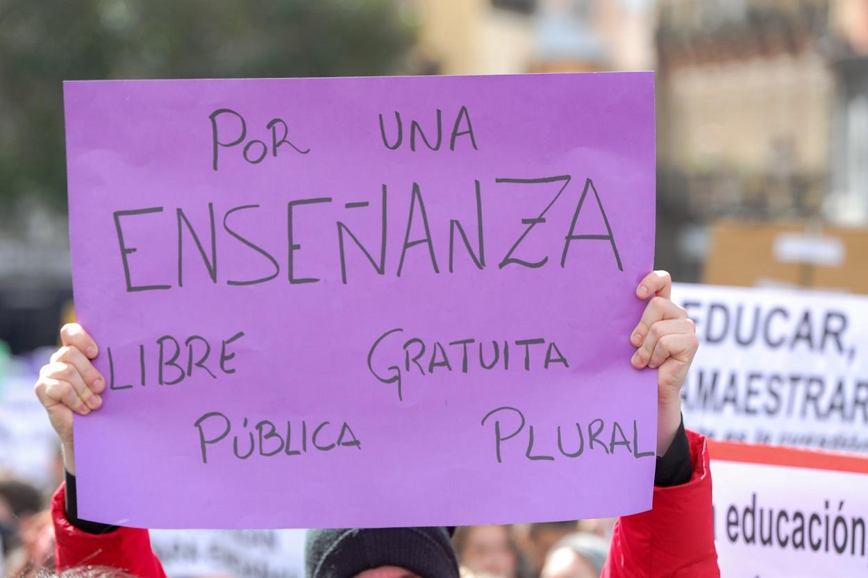 Jóvenes con pancartas en la huelga organizada por el Sindicato de Estudiantes contra el pin parental, el pasado marzo. E.P./Jesús Hellín