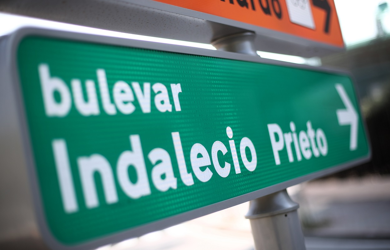 Señal que indica la dirección al Bulevar Indalecio Prieto, en Madrid. E.P./Eduardo Parra
