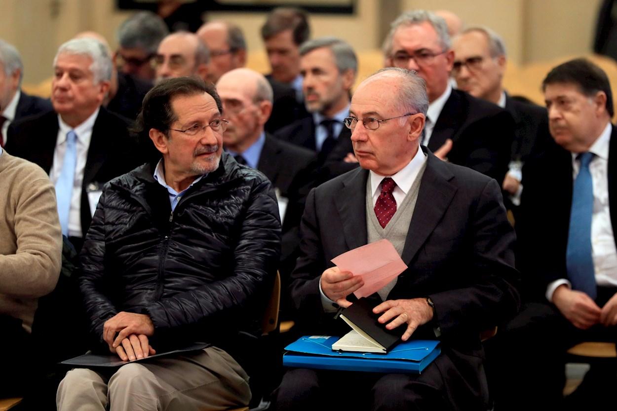 Fotografía de noviembre de 2018 del expresidente de Bankia Rodrigo Rato (d) junto al exconsejero de Caja Madrid José Antonio Moral Santín (i), durante la primera sesión del juicio por la salida a Bolsa de la entidad en la Audiencia Nacional. EFE/Fernando Alvarado