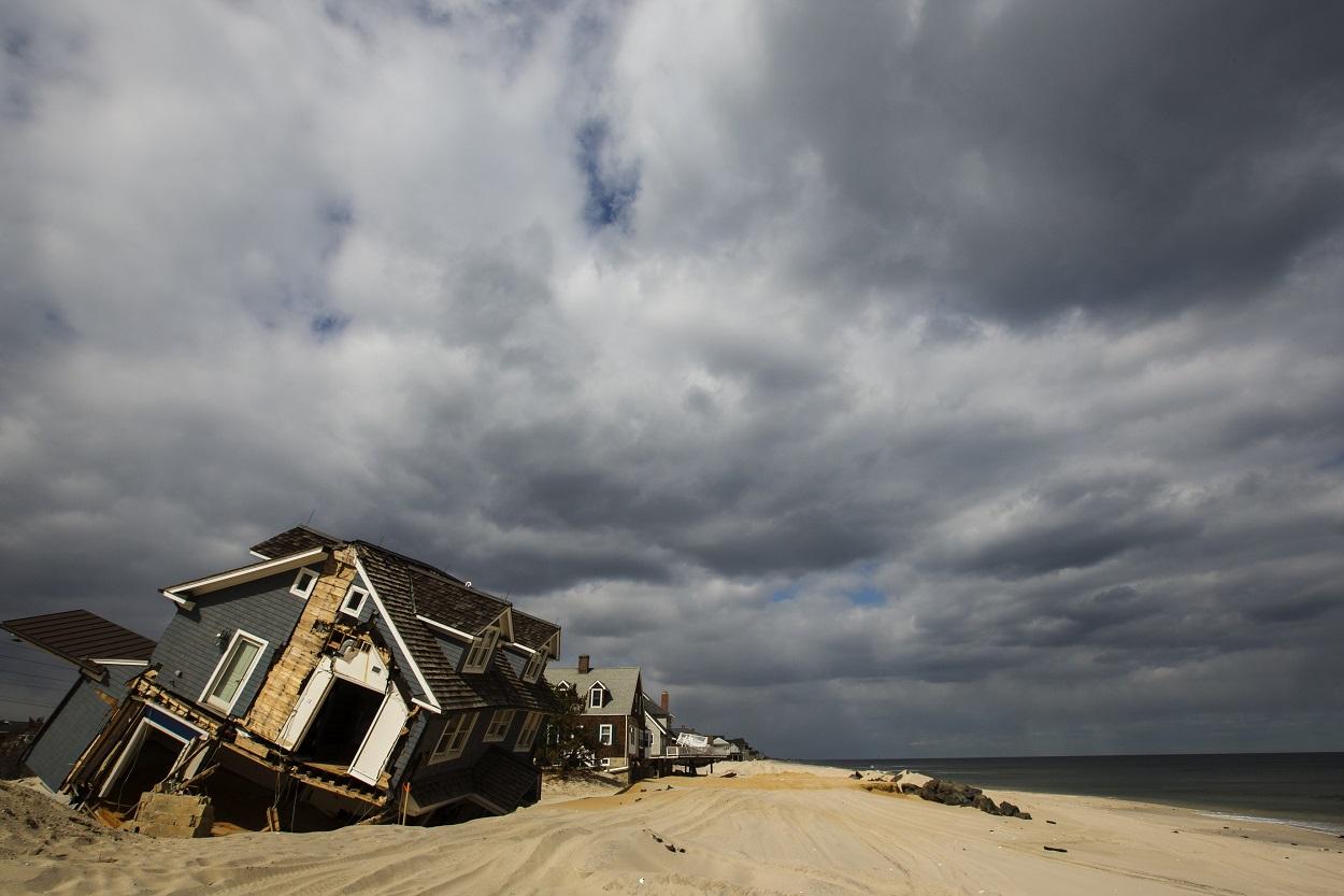Casas destruidas en la costa, tras el paso del Huracán Sandy, en Mantoloking (Nueva Jersey, EEUU). REUTERS / Lucas Jackson