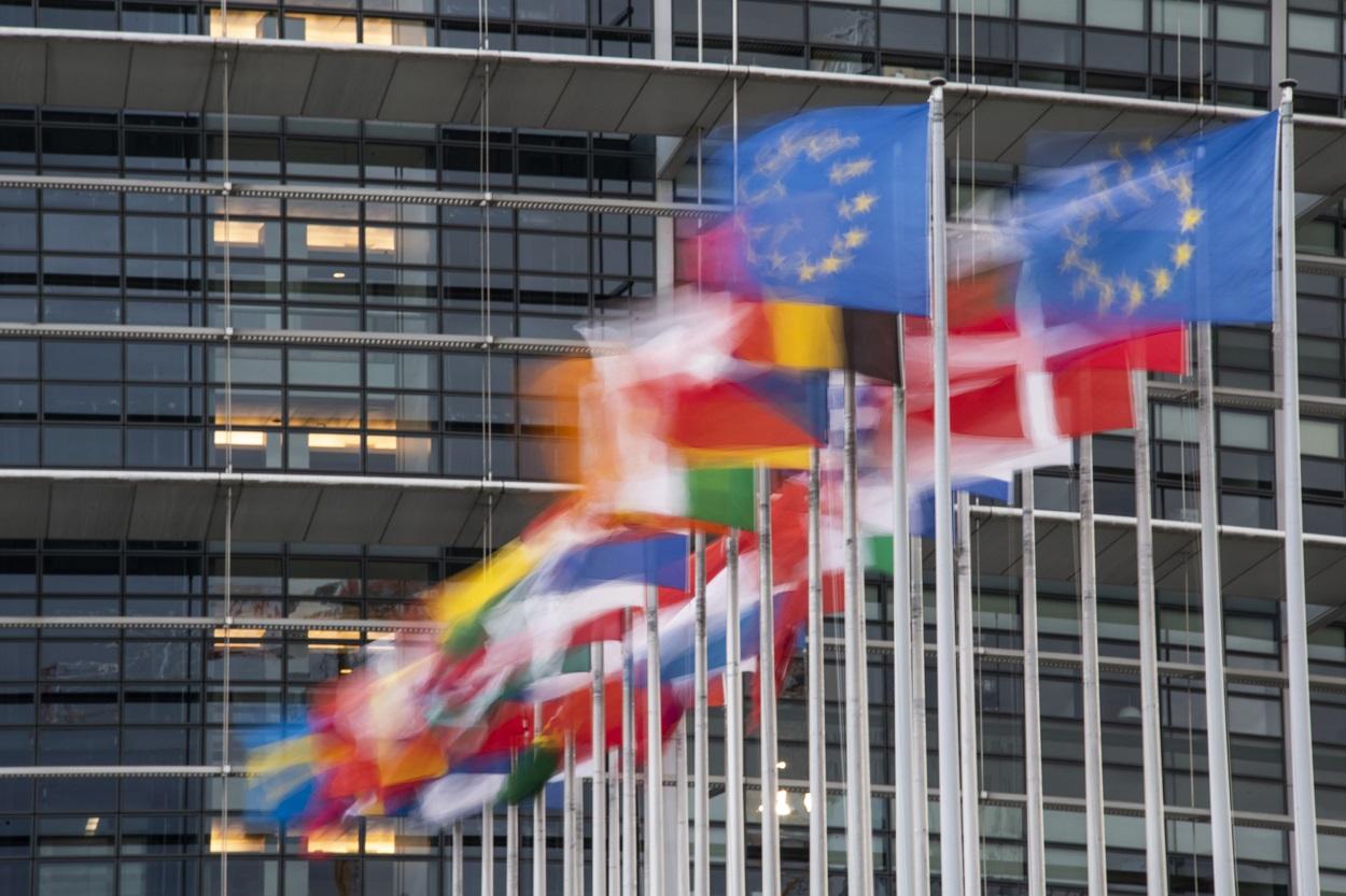 Las banderas de los países miembros de la UE delante de la sede del Parlamento Europeo en Estrasburgo. AFP/SEBASTIEN BOZON