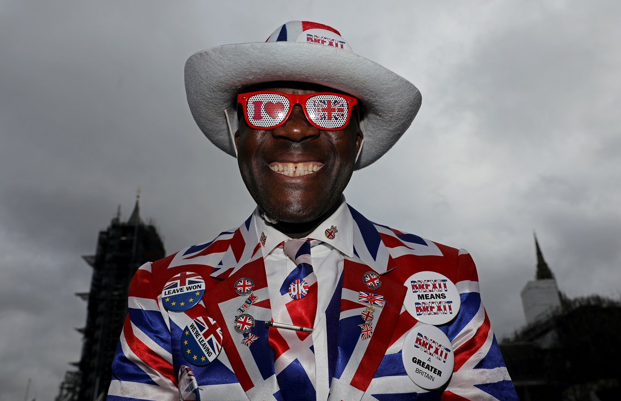 Un partidario del brexit,vestido con los colores de la bandera británica, frente al Parlamento, el día de la salida del Reino Unido de la UE. REUTERS/Simon Dawson