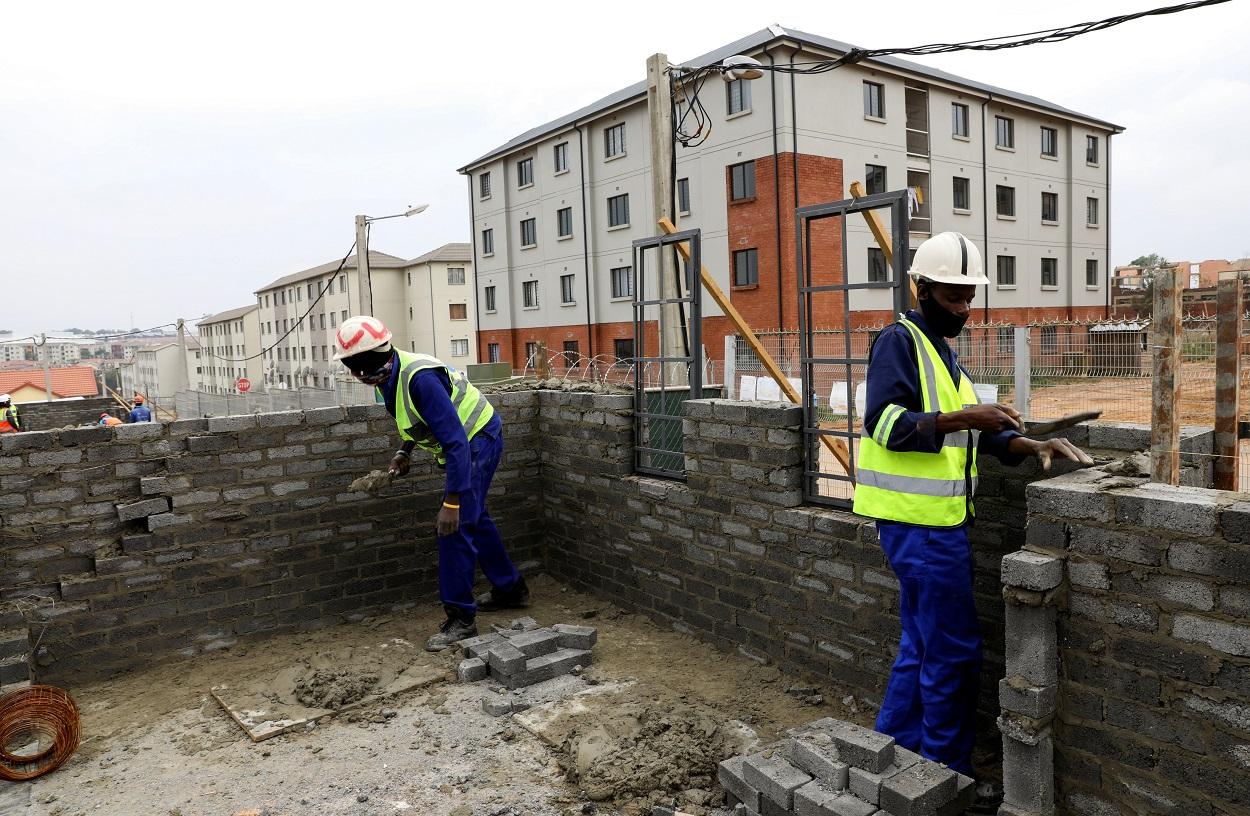 Trabajadores en un edificio en construcción en Johannesburgo (Sudáfrica). REUTERS/Siphiwe Sibeko