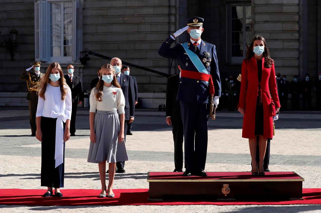 El rey Felipe VI, la reina Letizia, la princersa Leonor y la Infanta Sofia, en los actos de la Fiesta Nacional, en la Plaza de la Armería del Palacio Real, en Madrid. REUTERS/Kiko Huesca/Pool