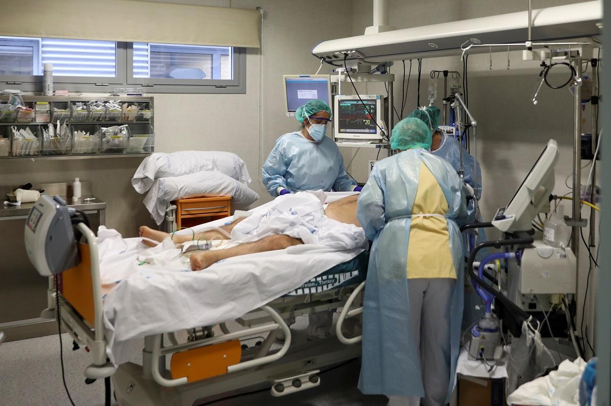 Personal sanitario atiende a un enfermo de covid-19 en la unidad de cuidados intensivos del Hospital Universitario Infanta Sofia, de San Sebastian de los Reyes (Madrid). REUTERS/Sergio Perez