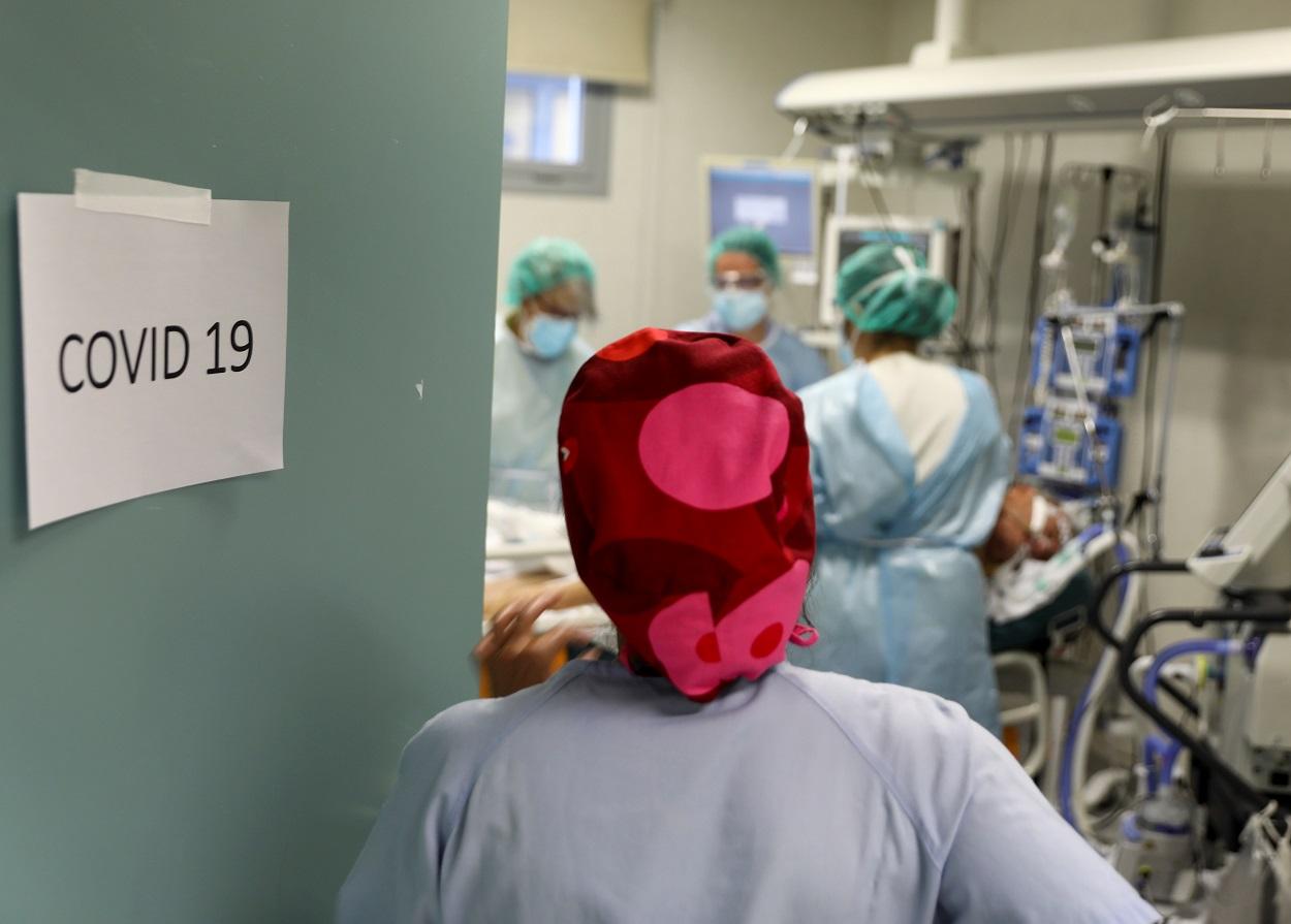 Personal sanitario atiende a un enfermo del coronavirus en la unidad de cuidados intensivos del Hospital Infanta Sofia, en San Sebastian de los Reyes (Madrid). REUTERS/Sergio Perez