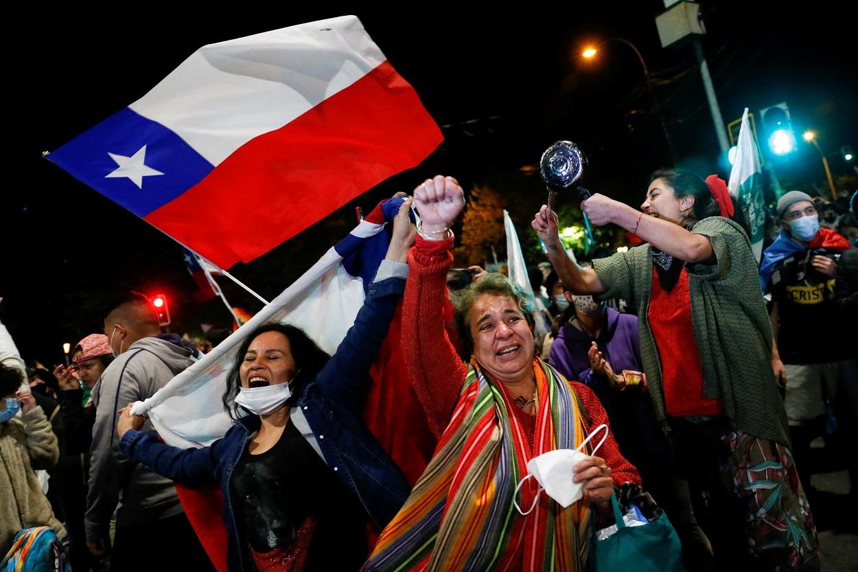 Centenares de personas celebran en las calles de Valparaiso el resultado del referendum en Chile por la reforma de la Constitución. REUTERS/Rodrigo Garrido